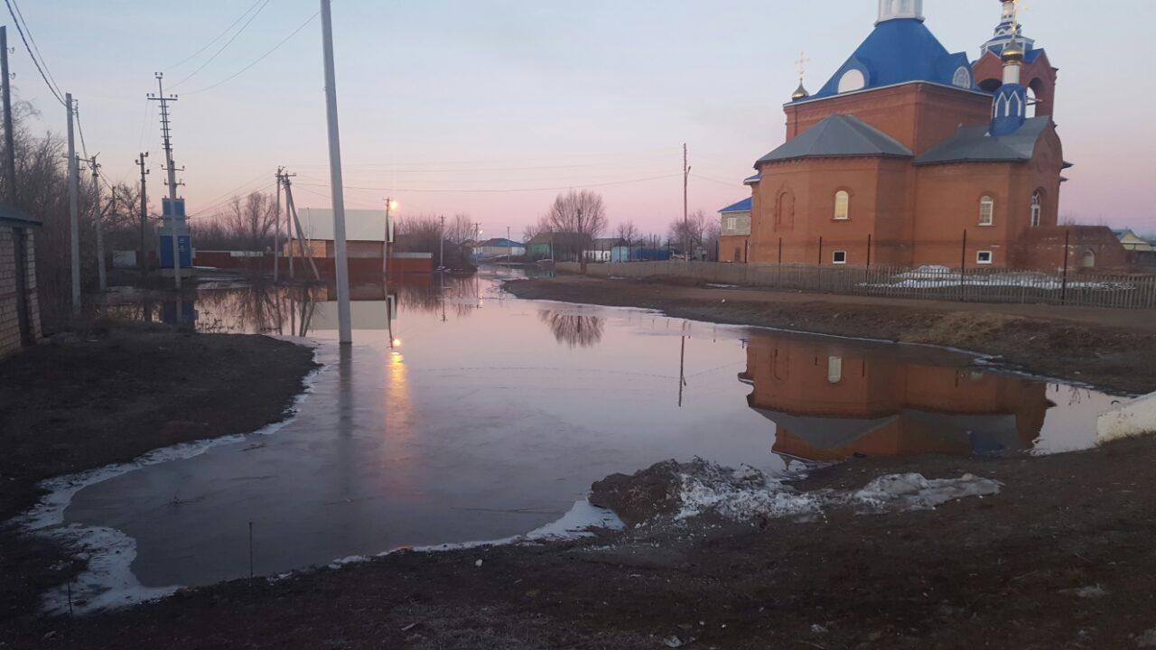 ВКирсановке Тоцкого района очевидно  подтопление жилой территории