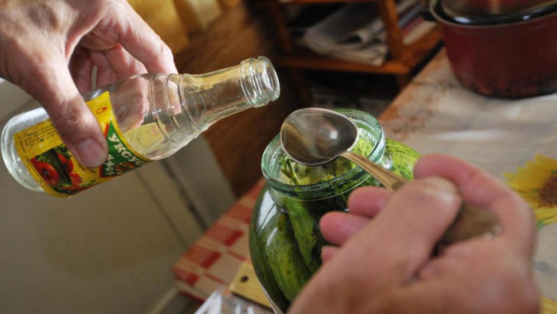 Пенсионер по ошибке выпил уксус для солений