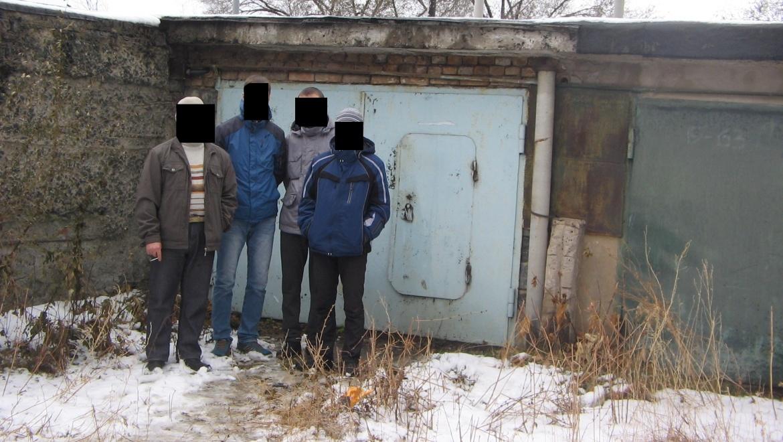 В подземелье тепло и светло. Сотрудники наркоконтроля задержали братьев,  организовавших нарко-теплицу в погребе
