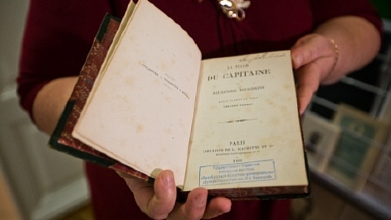 Областная библиотека им. Н.К.Крупской получила в подарок раритетное издание «Капитанской дочки» А.С.Пушкина