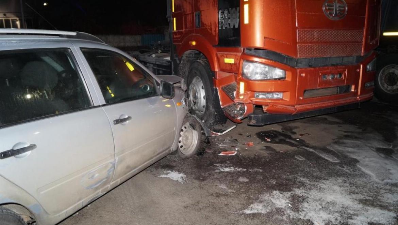 Лада-Калина врезалась в припаркованный грузовик