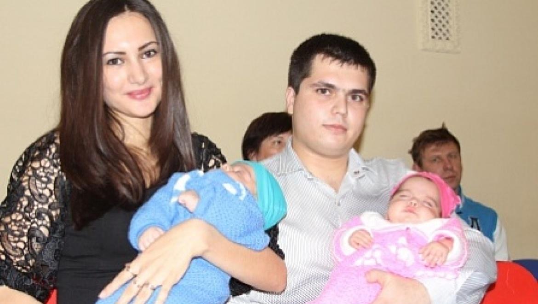 В оренбургском ЗАГСе поздравили семьи, в которых родились близнецы и двойни