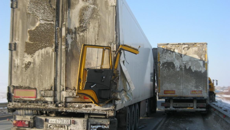 На трассе Оренбург-Самара столкнулись две фуры