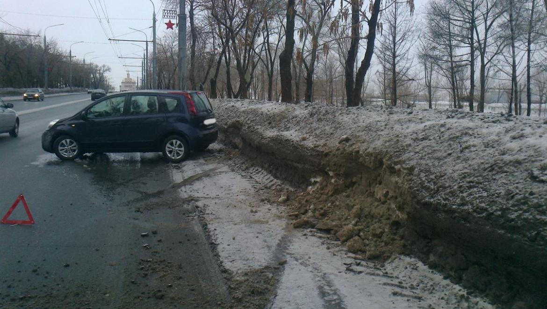На проспекте Победы автомобиль столкнулся со снежным валом