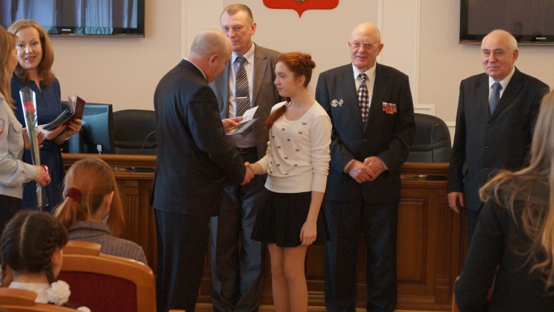 32 юные оренбурженки в торжественной обстановке получили свои первые паспорта