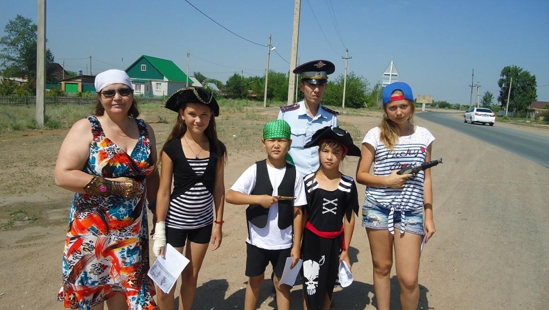 Дети в костюмах пиратов обратились к водителям