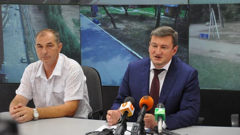 Евгений Арапов показал журналистам работу камер видеонаблюдения на дорогах