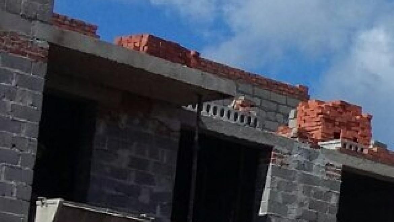 Глава города с прокурором выехали проверить строительство дома для переселенцев