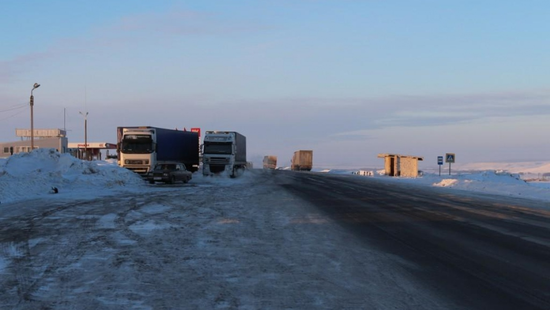Полицейские спасают водителей на трассе от замерзания