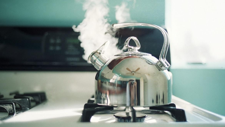 Малыш потянулся за чайником и поджег майку