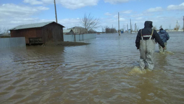Полиция круглосуточно дежурит в затопленном Светлинском районе