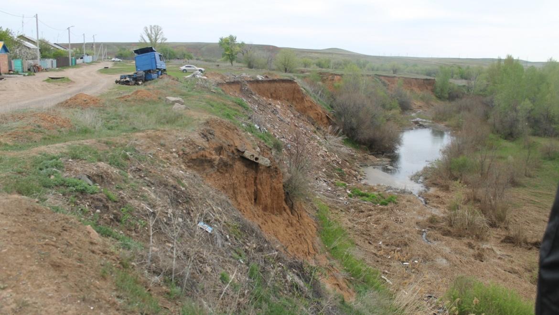 Активисты ОНФ взяли на контроль проблему с обрушающимся обрывом в поселке Экспериментальный