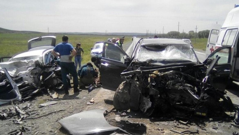 Лобовое ДТП натрассе под Новосибирском: трое пострадавших имашины всмятку