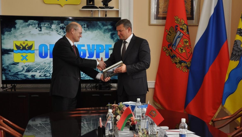 В завершении встречи Евгений Арапов и Пётр Балтрукович обменялись памятными сувенирами