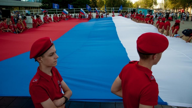 Оренбуржцы масштабно отметили День государственного флага