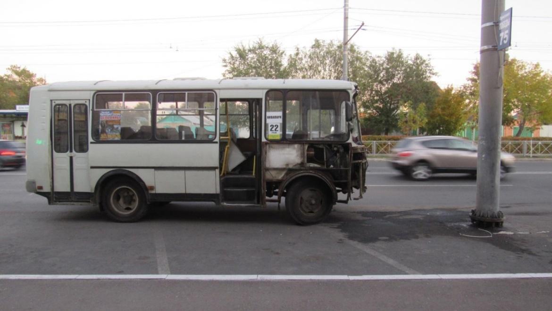 Водитель автобуса отвлекся на пассажиров и врезался в столб