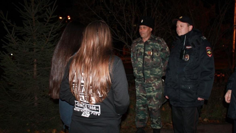 Полицейские патрулирует улицы совместно с казаками