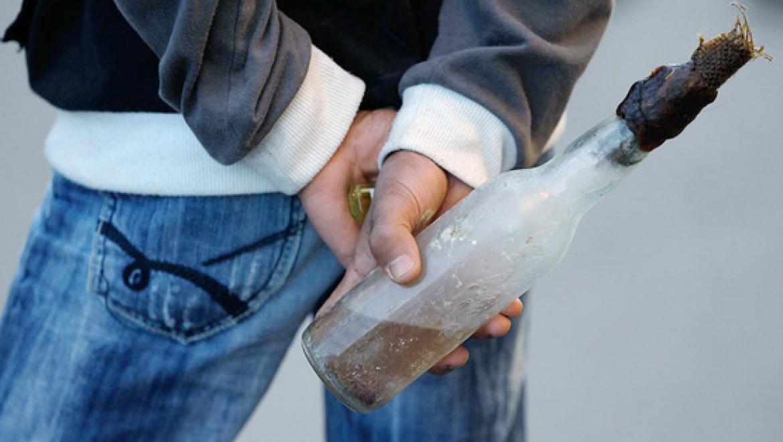Неизвестный забросил бутылку с горючей жидкостью в кабинет начальных классов