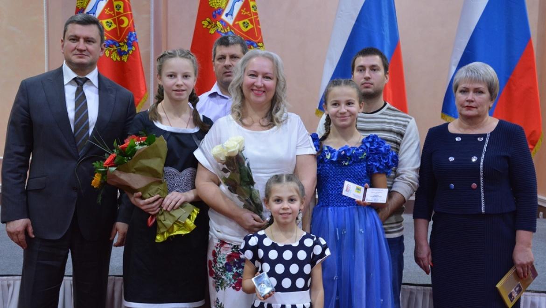 Ольга Березнева поздравила многодетных мам и пап города с заслуженными наградами