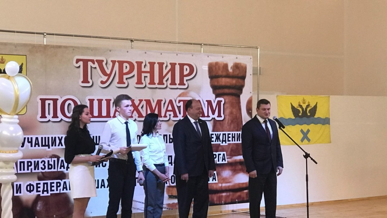 Руководитель Оренбурга Евгений Арапов сыграл партию вшахматы спервоклассником