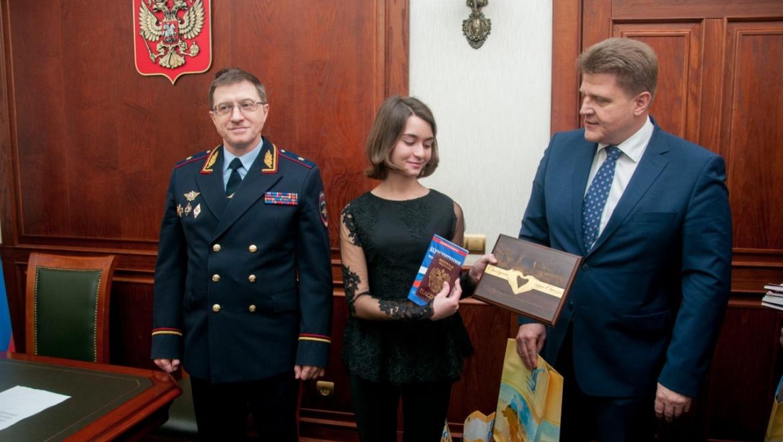 В День Конституции юным оренбуржцам торжественно вручены паспорта граждан РФ
