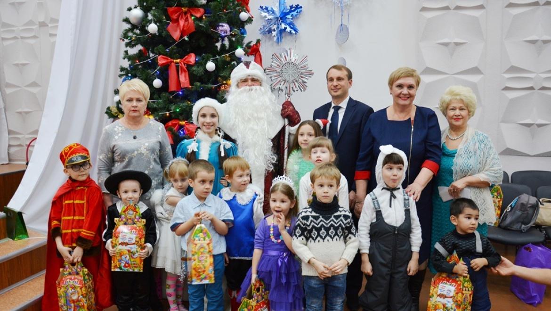 Более 100 детей посетили благотворительную елку