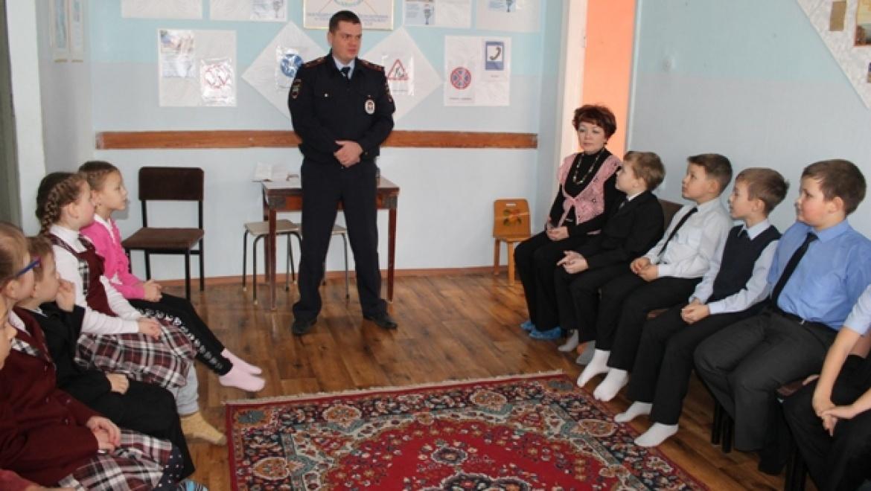 Сотрудники ГИБДД Новотроицка проводят профилактические беседы с детьми