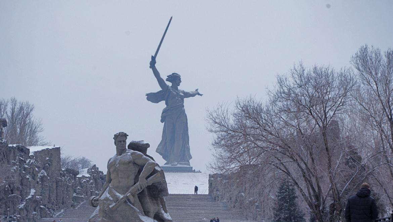 Руководитель Волгоградской области Андрей Бочаров возложил цветы кВечному огню
