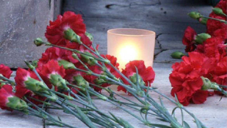 Жители Орска приносят цветы в память о погибших в авиакатастрофе