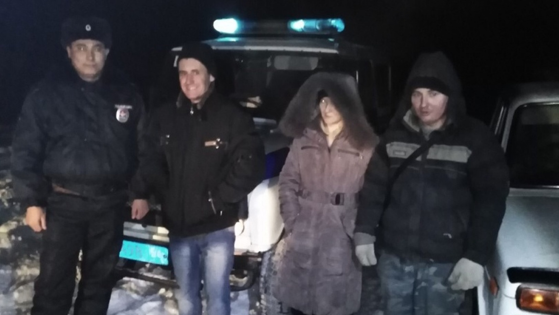 Полицейские пришли на помощь замерзающим в лесу