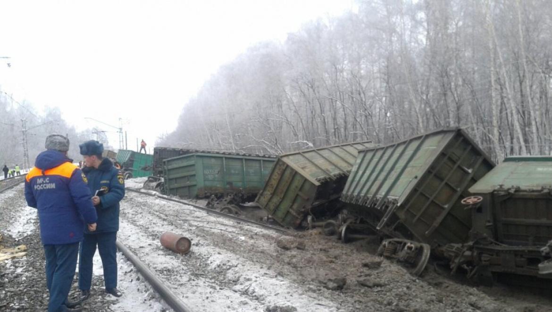 18 вагонов товарного поезда сошли с рельс