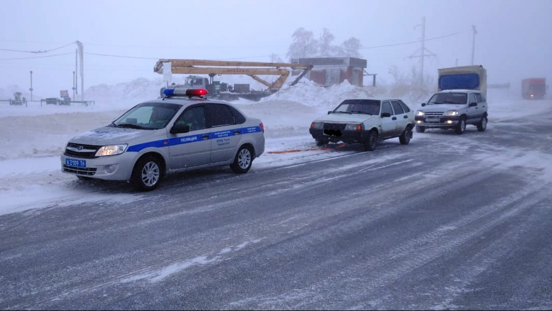 Сотрудники ДПС помогли оренбуржцам в непогоду