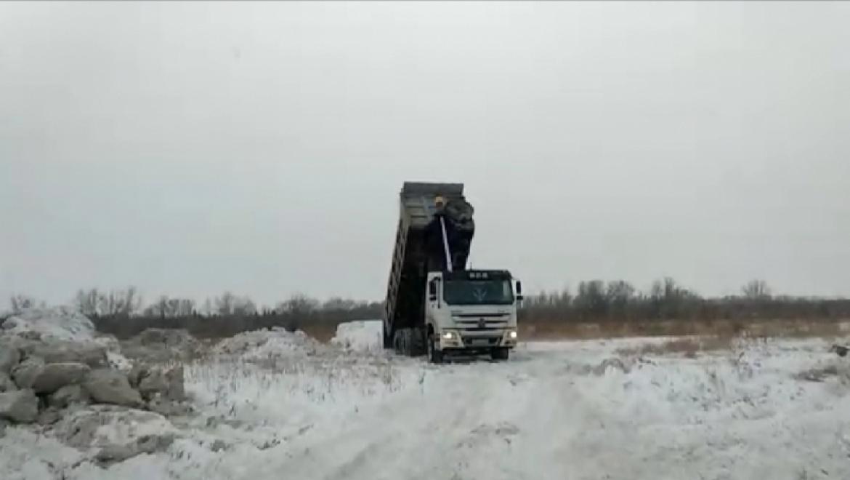 Коммунальщики сбрасывают снег в пойму реки Урал