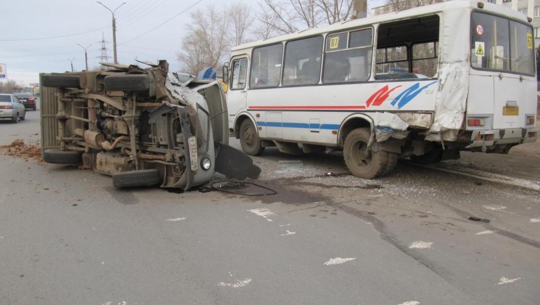 Пассажирский автобус попал в аварию, 4 человека госпитализированы