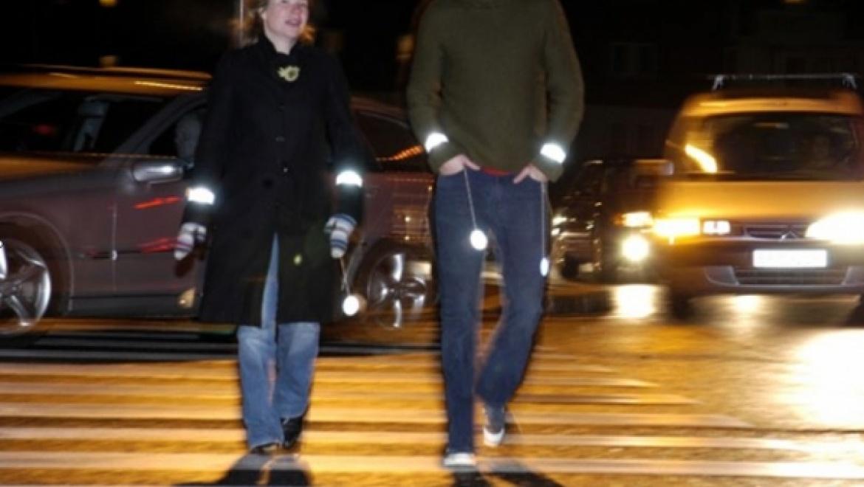 Правительство обязало пешеходов применять светоотражающие элементы в одежде