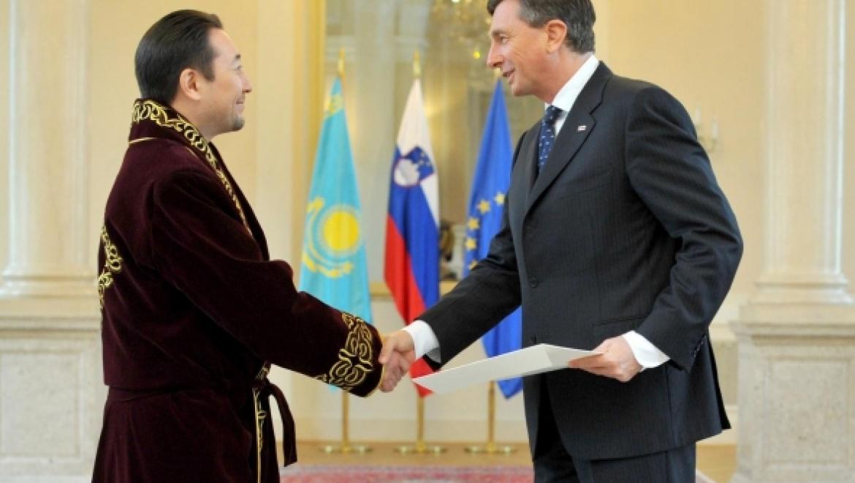 Казахстанский дипломат посещает первых лиц европейских стран в чапане