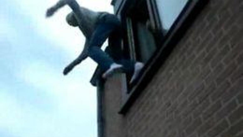 Молодой орчанин неудачно выпрыгнул из окна.