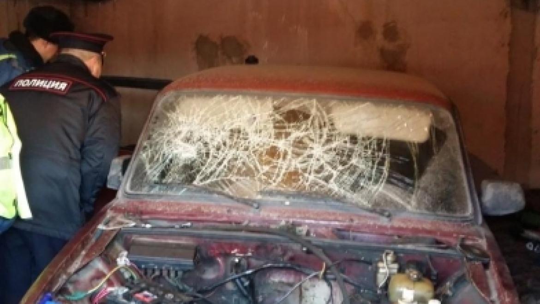 Молодой человек облил свой автомобиль бензином и угрожал поджечь