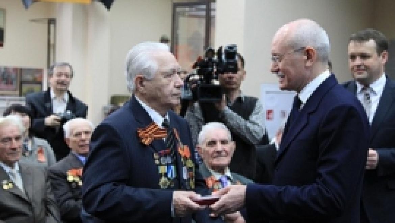 Рустэм Хамитов вручил ветеранам Великой Отечественной войны юбилейные медали в честь 70-летия Победы