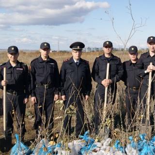 Бойцы Росгвардии высадили около 50 молодых саженцев дуба и канадского клёна