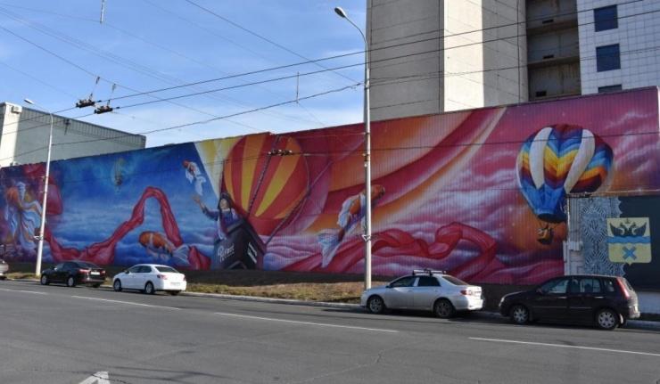 Ограждение на площади Ленина превратилось в огромное граффити